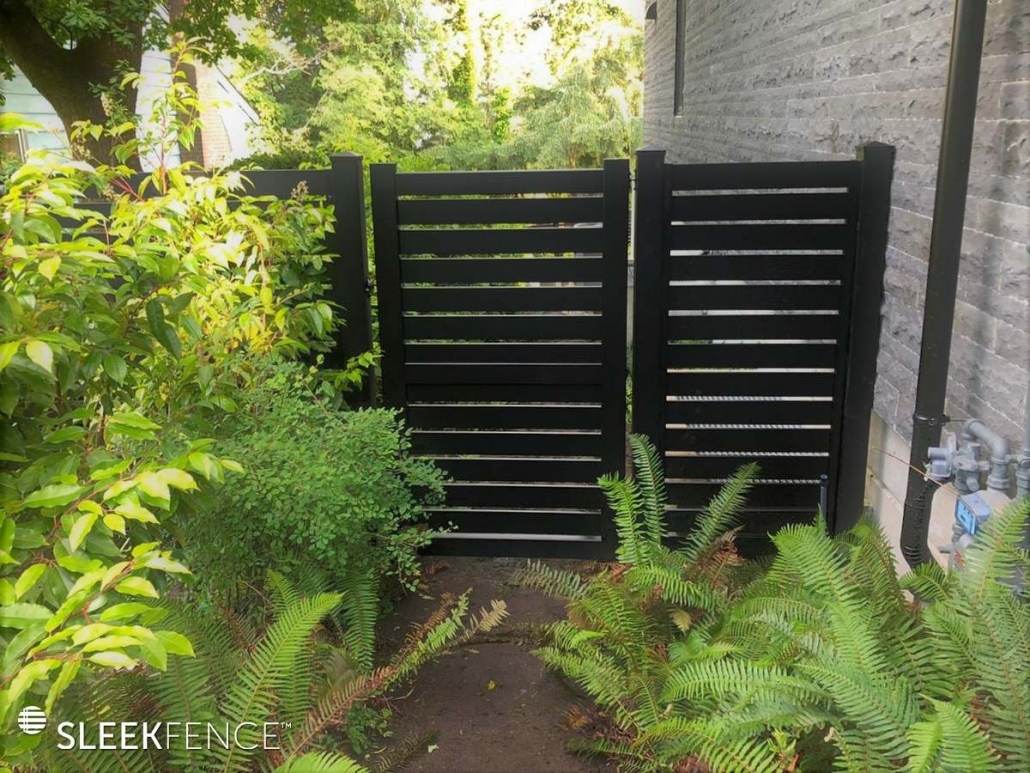 Sleek horizontal aluminum screen fence - 4